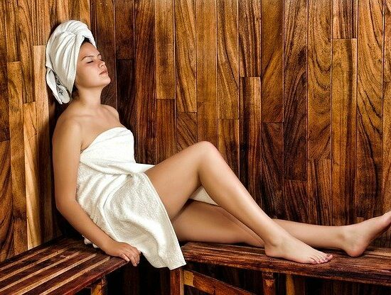 frau verbrennt kalorien in sauna